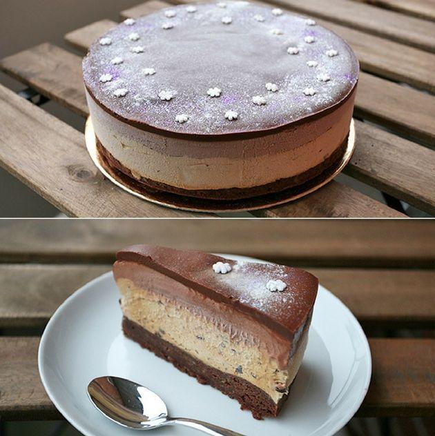 Sindssygt lækker chokoladeislagkage med browniebund, kaffeis og chokoladeis samt knasende chokoladestykker.