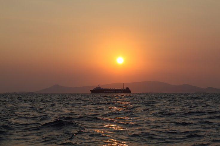 Ηλιοβασίλεμα από ιστιοπλοικό - Στο βάθος φαίνεται η Αίγινα