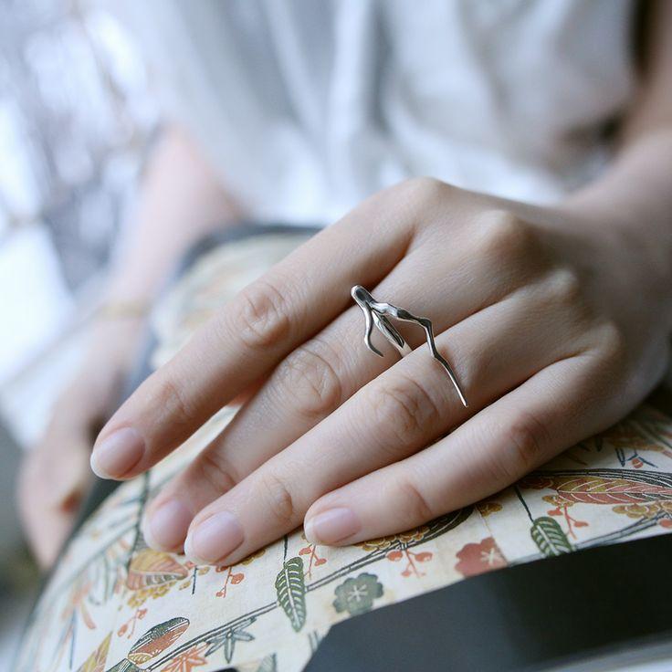 Кольцо «Ветка» из коллекции «Восток». Выполнено из золота 585 пробы или серебра 925 пробы.
