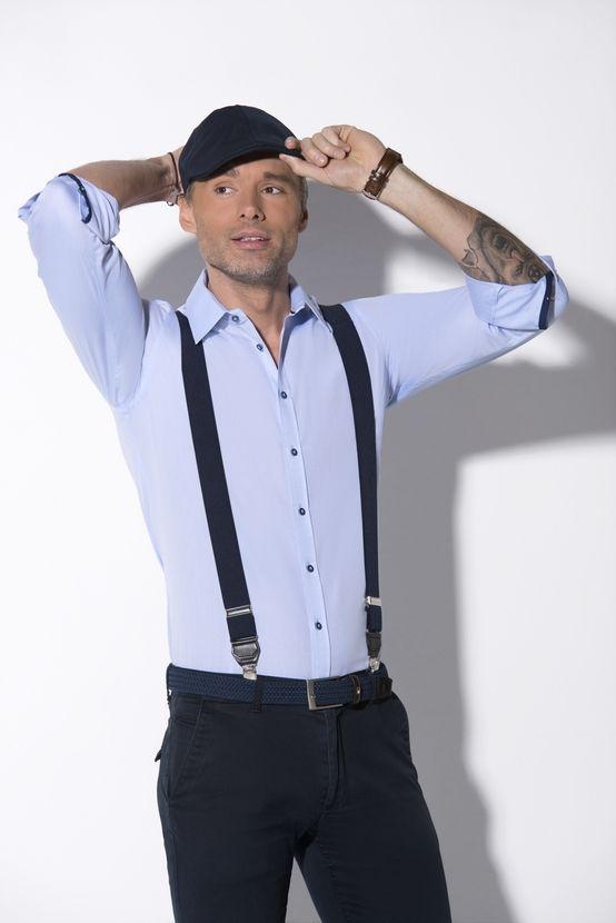 Koszula męska KASTOR (SLIM) z długim rękawem. Gładka w kolorze błękitnym. Kołnierz klasyczny, mankiety pojedyncze zapinane na guziki.  Koszula z zaszewkami. Kontrastowe guziki. Skład: 100% bawełna.