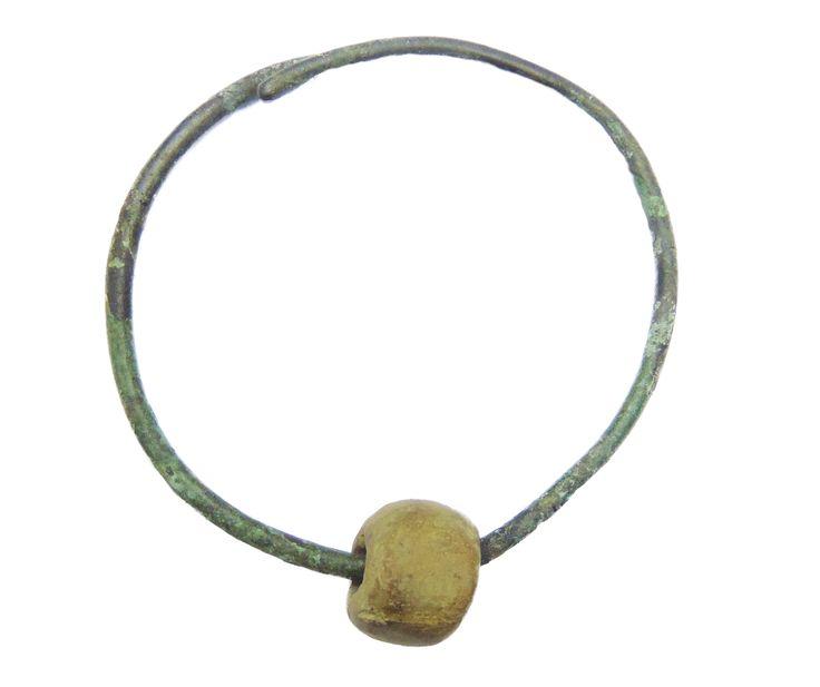 Ozdoba brązowa z paciorkiem glinianym, Świątniki Wielkie, pow. Gniezno, kultura pomorska, VI-IV w. p.n.e.