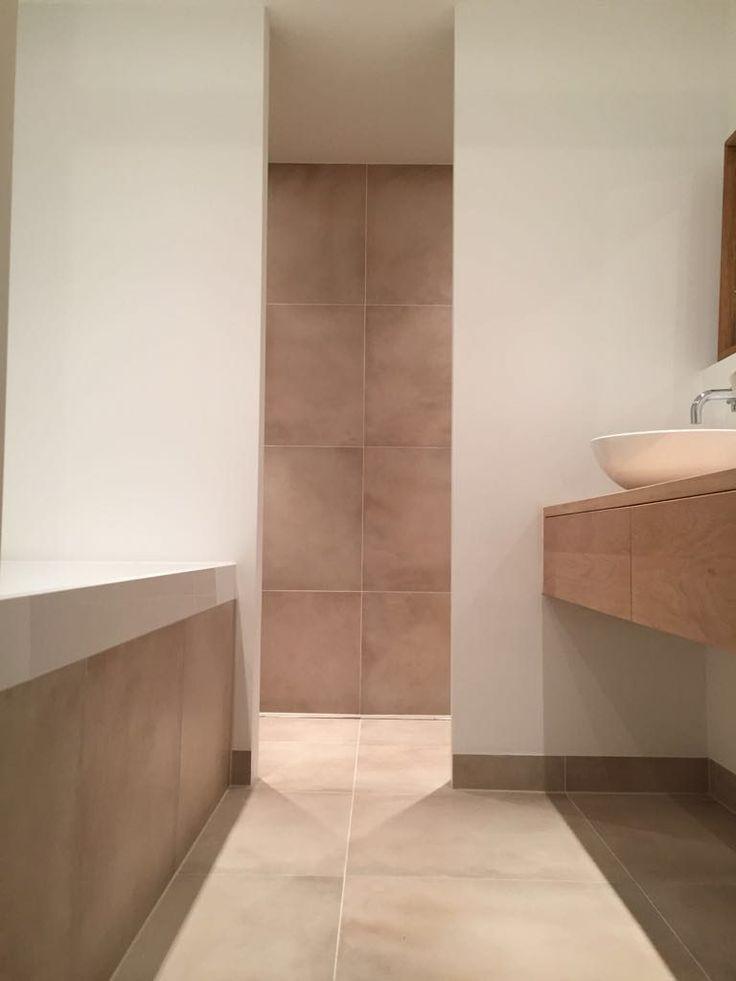 Mooie resultaatfoto's van een klant uit Amsterdam Oost. Super strak en warm gecombineerde betonlook vloer- en wandtegels met mooi stucwerk. In de badkamer is er een dubbele inloopdouche gecreëerd en gekozen voor mooie meubels en strak sanitair.