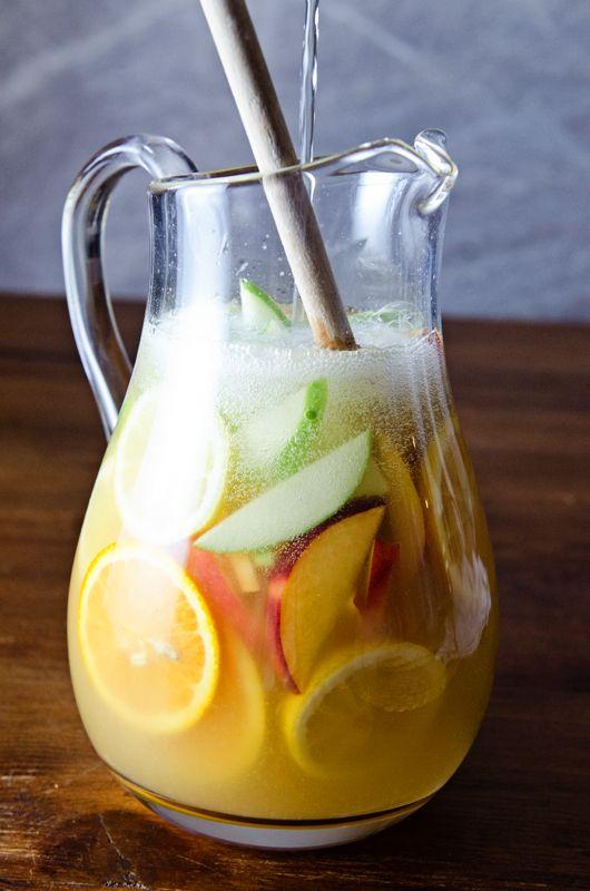 White Sangria » 2 Orangen, 1 Limone, 3/4 Tasse Ananassaft, 1/4 Tasse Zitronensaft, 1 Fl. Wein oder Sekt, 1 Granny Smith, 1 Pfirsisch oder Nektarine,  1/4 Tasse Pfirsischschnaps, 1 1/2 Tasse Sprite