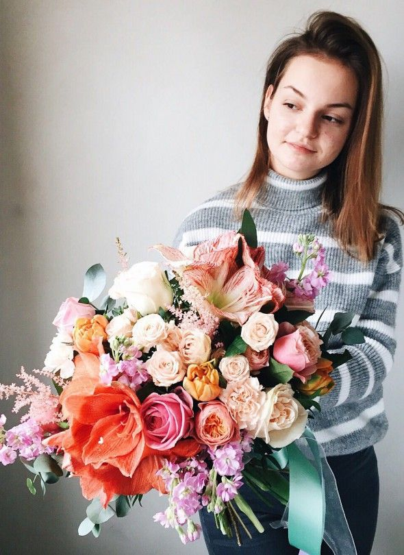 Medium sized bouquet //  Středně velké kytice //  Букет среднего размера #bouquet #flowers #roses #kytice #ruze #vazanikytic #praha #dovozkvetin #coolflowers_cz