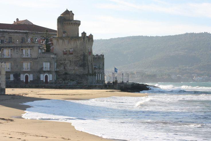 La spiaggia di Marina Piccola...sullo sfondo la torre Perrotti