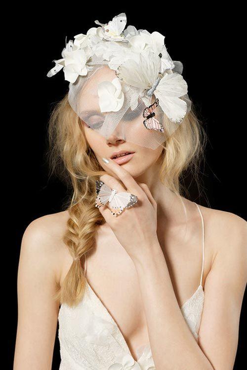 Gioielli da Sposa 2017  Potete anche scegliere un velo corto ma alla moda, attaccato ai capelli con una specie di cappellina o accessori floreali. Dipende dal vostro stile e dai vostri gusti!