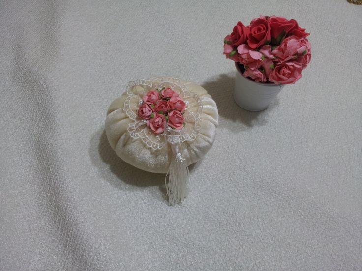 Lavanta kokulu çiçek detaylı krem kadife kese