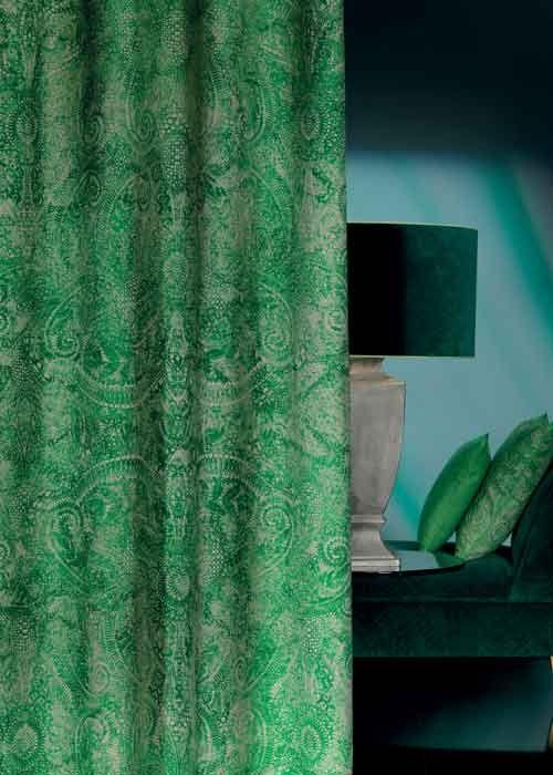 Chivasso: glamour en stijl aangevuld met de mode van nu Het fascinerende aan de extravagante meubelstoffen en de schitterende lijn gordijnstoffen die Chivasso voert, ligt in de contrasten die worden gecombineerd en welke leiden tot een spannend interieur. Er worden klassieke lijnen gebruikt met een vernieuwende insteek, er zijn speelse motieven zonder onnodige franjes en glamoureuze