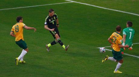 Fernando Torres scores a smart goal past Australia's goalkeeper Mathew Ryan in Spain's 3-0 win.