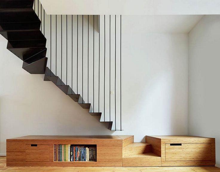 Lorsque l'on rénove une maison ou un duplex souvent se pose la question de l'escalier. Les architectes Edouard Brunet et François Martens ont réalisé un superbe escalier suspendu pour une maison en Belgique. Le choix du métal peint en noir contraste avec le bois de la plateforme et le blanc du mur, c'est très élégant.  lire la suite