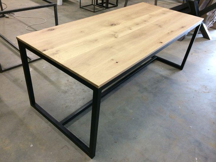 Massief eiken tafel met industrieel stalen frame www.kaldenbach-meubels.nl