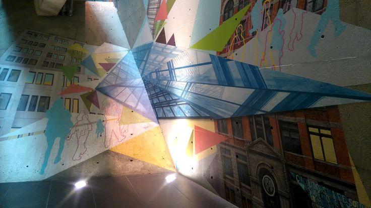 Œuvre de Rafael Sottolichio dans le réseau souterrain de Montréal, entrée du World Trace Center.
