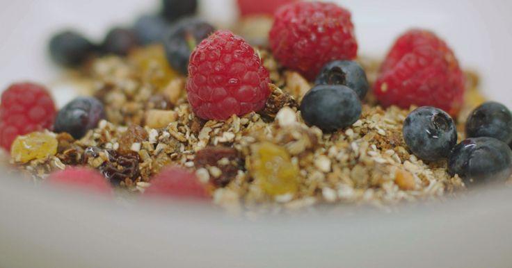 Vergeef Jeroen het woordgrapje, maar deze 'Meusli' is zijn persoonlijke versie van een 'granola'. Amerikanen zijn verzot op zo'n geroosterde ontbijtmix van havermout, noten, pitten, zaden en wat zoetigheid. En geef ze eens ongelijk, want zoveel crunch combineert perfect met frisse yoghurt, vers fruit en zelfs wat chocolade. Jeroen gebruikt frambozen en bosbessen, maar eender welk fruit smaakt heerlijk aan het begin van de dag. Maak meteen een flinke hoeveelheid klaar en bewaar de geroosterde…