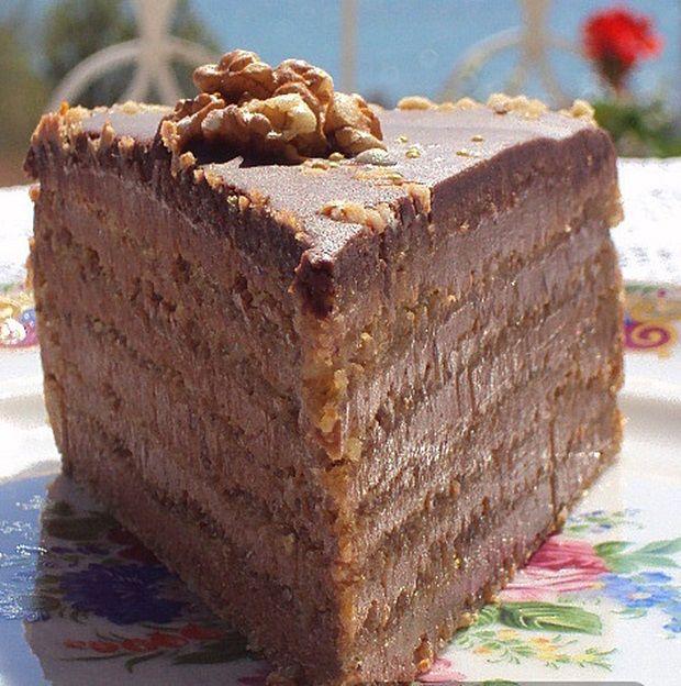 Svečana torta je kombinacija sastojaka reforme i postupka izrade dobošice.Bogatog je okusa, sočna, slatka, čokoladna, dovoljna je jedna fetica da vam zaslad