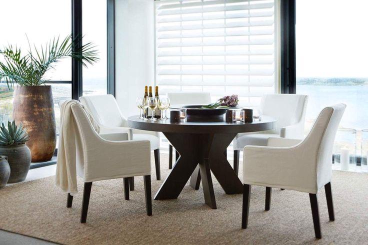 Naturmatta, svart runt träbord o vita stolar