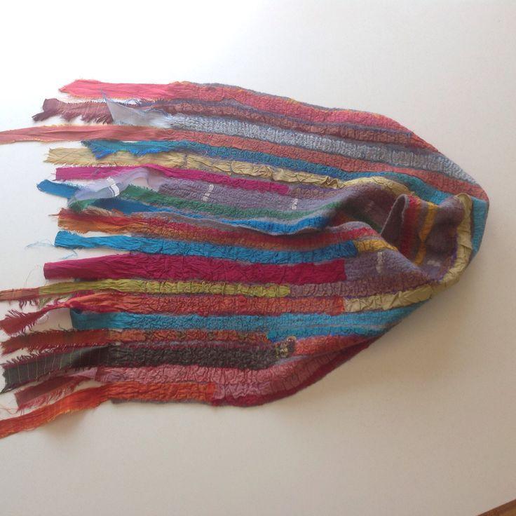 Bufanda de lana australiana y cintas de seda recicladas.