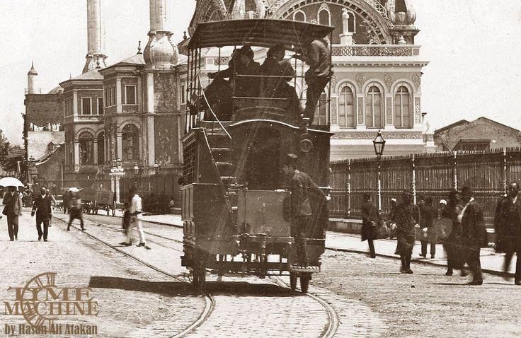Tophane'de Çift Katlı Atlı Tramvay 1898 İstanbulluların 1869 yılında başlayan atlı tramvay macerası önce 1912 yılında Balkan Harbinin başlaması üzerine tüm atların (430 adet) devlet tarafından satın alınması, iki yıl sonra da Birinci Dünya Savaşının başlaması üzerine verilen aralar ve en sonunda 1914 yılında Silahtarağa elektrik santralinin devreye girmesi sayesinde elektrikli tramvaylara geçilmesi ile son bulmuştur..