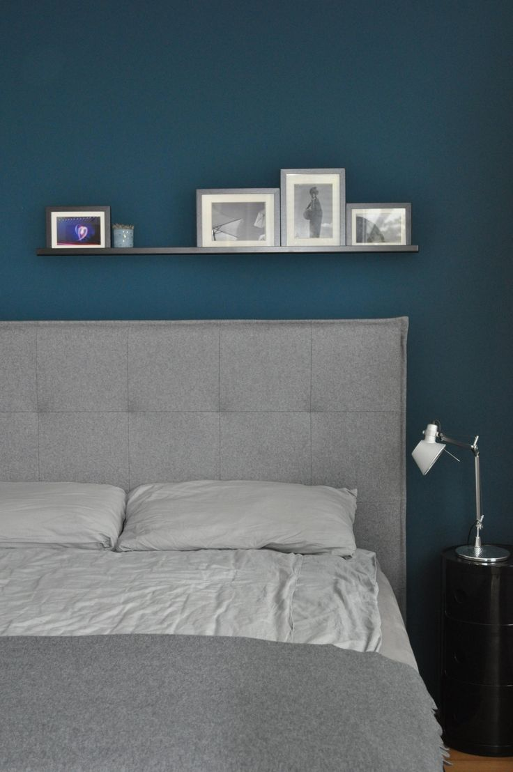 Die blaue Wandfarbe im Schlafzimmer von Did_you_saw_All schafft einen tollen Kontrast zu den schlichten Möbeln! Entdecke noch mehr Wohnideen auf COUC…