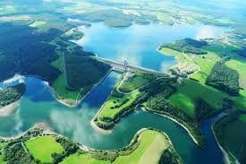 les lacs de l'eau d'heure composé de cinq lacs de retenue, constitue le plus important plan d'eau artificiel de Belgique : le site a une superficie totale de quelque 1 800 hectares - dont plus de 600 hectares de plans d'eau, 600 hectares de forêts et 600 hectares de prairies. Il s'étend sur les communes de Cerfontaine (province de Namur) et Froidchapelle (Hainaut).