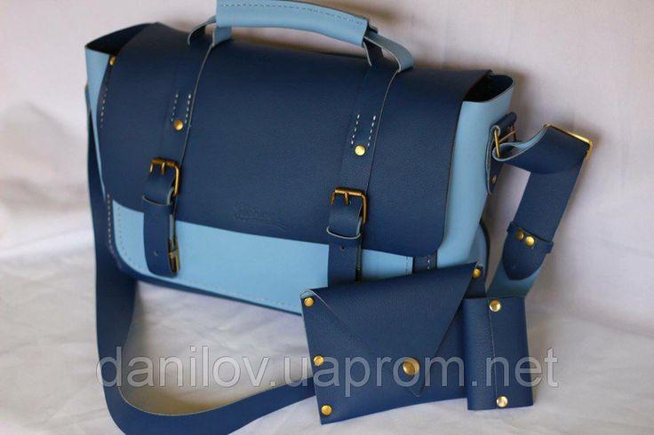 Сумка кожаная ручной работы Сумка из натуральной кожи на заказ в Киеве. Кожа двусторонняя (синяя и голубая). Эксклюзивный дизайн сумки ручной работы. На передней и задней стенке размещены карманы, есть внутренний карман. Размер  и дизайн сумки может меняться по желанию клиента. Размер данного изделия 25х35 см.  В нашем магазине Вы можете заказать кожаные сумки ручной работы, кошельки, зажимы для денег, ключницы, кожаные блокноты, клатчи, рюкзаки, чехлы для гаджетов и других различных…
