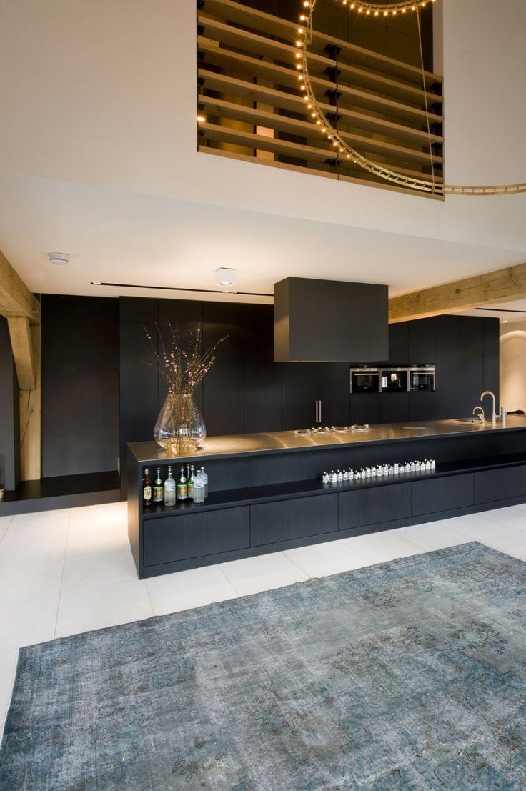 black contemporary kitchen    Marco van Veldhuizen - Villa LM