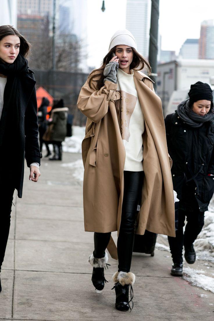 """Ci siamo ancora: cappotto oversize color cammello portato con pull geometrico e slim pants. Ciò che colpisce e rende il tutto """"chiccoso"""" è l'anfibio con il dettaglio in pelo.  -cosmopolitan.it"""