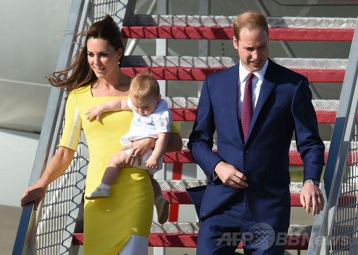 ニュージーランド外遊を終え、豪シドニー(Sydney)のシドニー国際空港(Sydney Airport)に到着した英国のウィリアム王子(Prince William、右)とジョージ王子(Prince George)を抱いたキャサリン妃(Catherine, Duchess of Cambridge、左、2014年4月16日撮影)。(c)AFP/WILLIAM WEST. ▼16Apr2014AFP|ウィリアム英王子一家、NZから豪州入り http://www.afpbb.com/articles/-/3012781 #Sydney #PrinceWilliam #PrinceGeorge #Catherine #DuchessofCambridge