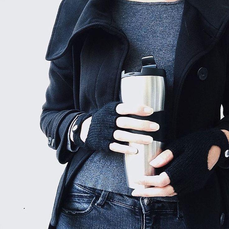 Нетипичный московский октябрь гонит на улицу☀️ А горячий кофе и крутые перчатки способствуют длительным прогулкам... Надо бы им название придумать и тэг присвоить Есть идеи?