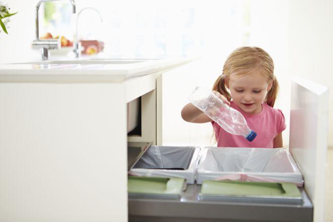 Mantenere i rifiuti in casa per più di un giorno, soprattutto d'estate, è la causa principale dei cattivi odori nella nostra abitazione.  Nella maggior parte delle nostre città, la raccolta differenziata avviene porta a porta con un sistema di prelievo a domicilio dei rifiuti in giorni prestabiliti della settimana: un giorno la plastica, un giorno il vetro, 3 giorni l'umido e così via. Tenere in casa il sacchetto dell'umido per circa 2 giorni con dentro bucce di frutta, scarti di pesce…