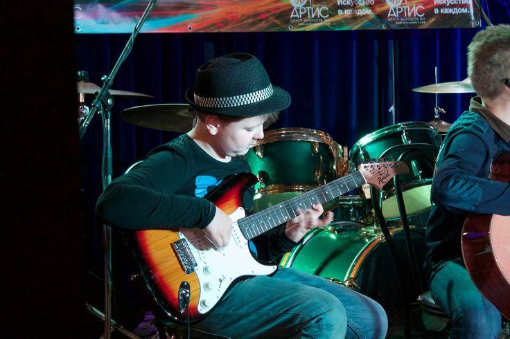 #Гитара — словно человеческая душа, передающая послание миру всего через шесть струн. Это идеальный инструмент для чувственной и проникновенной музыки. С его помощью вы можете выплеснуть все свои чувства и эмоции в необыкновенно красивой форме. Полет фантазии и гитара – и вы создатель уникальных звуков мелодии.  http://www.artscenter1.com/