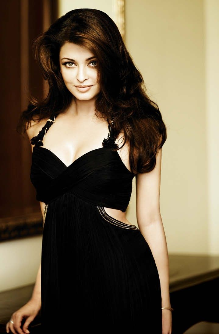 Aishwarya Rai. Voluminous hair, black sexy dress and natural make up.