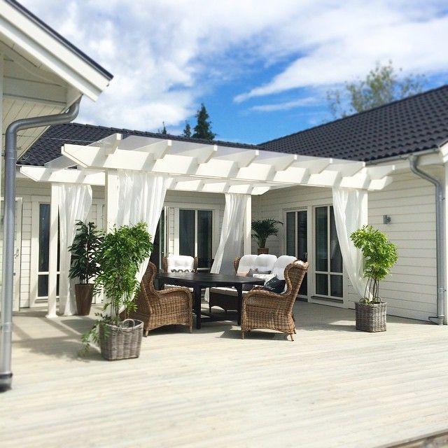 En närbild på pergolan i strålande solsken idag!☀ ️Svårt att återge på bild med den är 5x5meter och har ett glastak så vi kan sitta här o njuta även när det regnar Nu är det bara lite dinglande belysning som fattas! #pergola #altan #trädgård #vårthus #inredningsdesigner #inredare