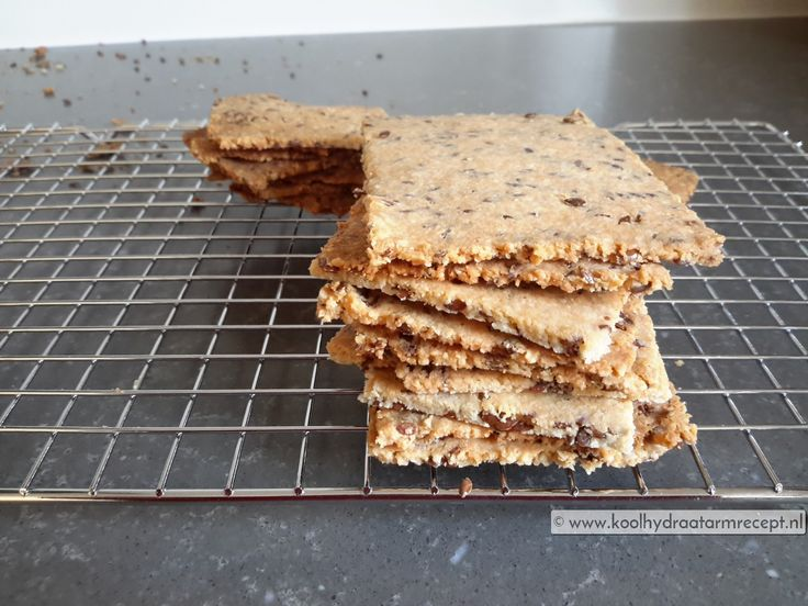 Meestal maak ik crackers met water; deze amandelcrackers maakte ik met olie en een ei, daardoor krijg je een heerlijke cracker die lijkt op een zandkoekje.