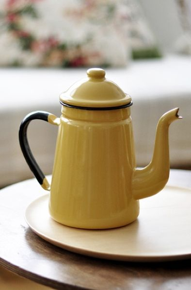 little yellow teapot                                                                                                                                                                                 Más                                                                                                                                                                                 Más