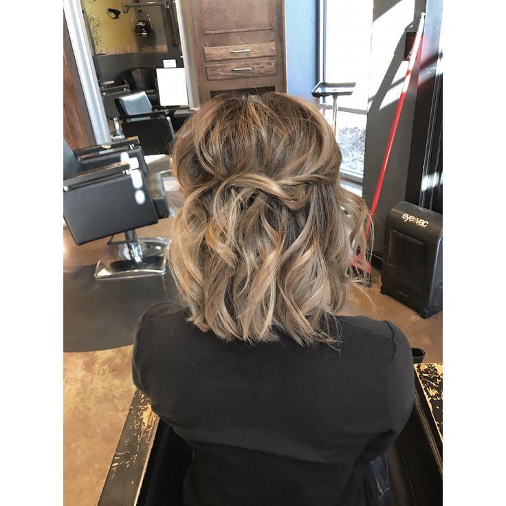 Einfach stylisch für einen schlichten Brautlook. Wellen Pin-up-Curls Balayage Lob Farbe Schmelzen Ashley Nichole Friseursalon Fort Collins