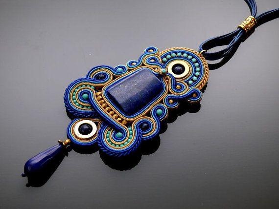 Collana soutache bella, impressionante composto da stringhe di soutache, lapislazzuli e perle di vetro. Collana sono state impregnate. Posteriore rifinito con pelle naturale. Lunghezza totale: 4,8 pollici. Lunghezza della stringa: 24,8 inches Colore: oro, blu e zaffiro.