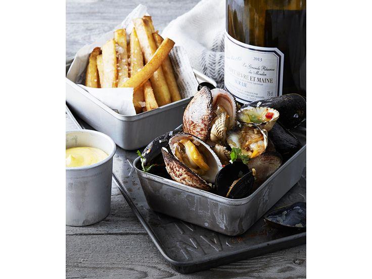 Njut av varma musslor i chili och vitlök. Servera med pommes frites eller en bit surdegsbröd. Allt om Vin ger dig  naturligtvis även ett riktigt gott vintips till.