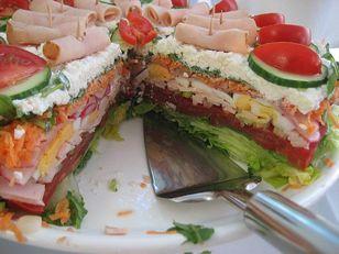 Salattorte Rezept: Eisbergsalat,Salatgurke,Basilikum,reif,Frühlingszwiebeln,Scheiben,gekocht,Radieschen,Karotten,Rucola,light,fettarm,fettarm,Kräutern,Olivenöl,Weißweinessig,Pfeffer,Instant,rosenscharf,Wahl