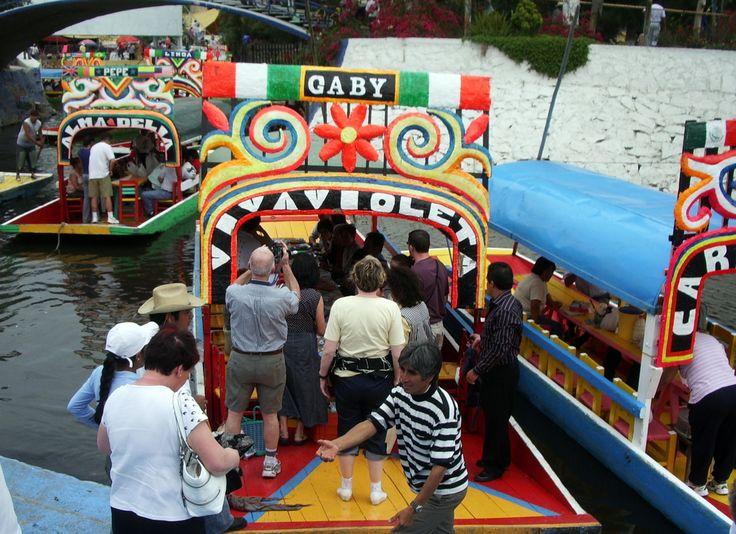 embarquement dans les bateaux colorés de la lagune de Xochimilco aux environs de Mexico.