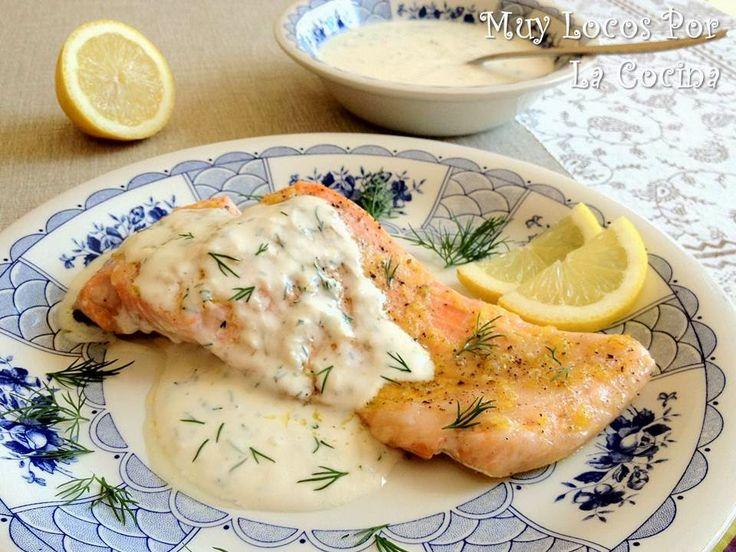Twittear El salmón al horno con limón y acompañado de esta salsa cremosa a base de yogur, ajo, miel y eneldo fresco...
