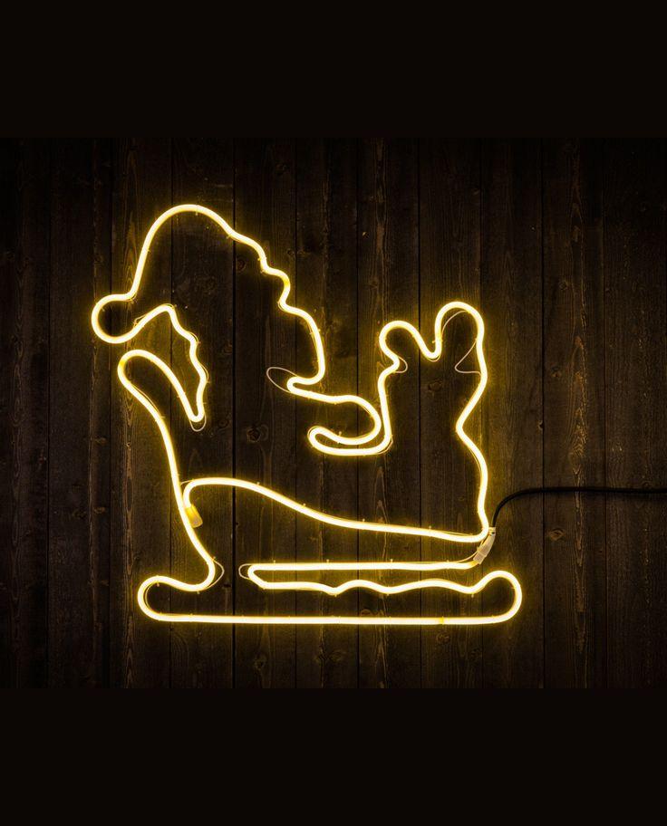 En dekorativ LED ropelight silhuett i form av en nisse med gavesekk på slede. Silhuetten kan brukes både ute og inne, og den passer like godt til bruk på hus eller garasjevegg som over sofaen eller ved trappa.