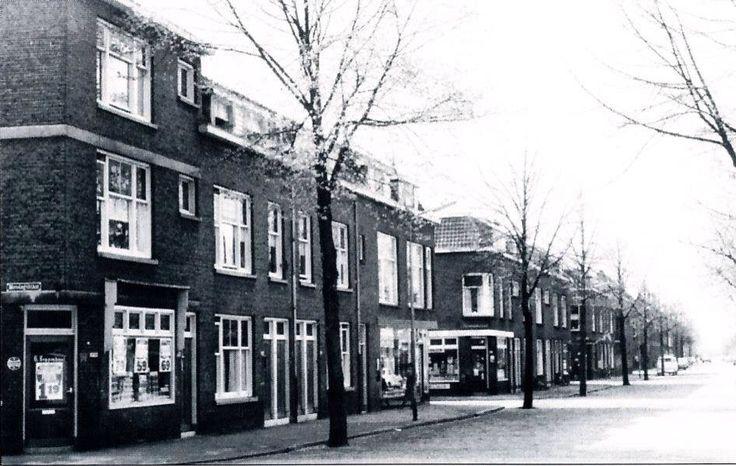 Groen van Prinsterenstraat Op elke hoek nog kleine winkels. O.a kaaswinkel, sigarenwinkel, drogist