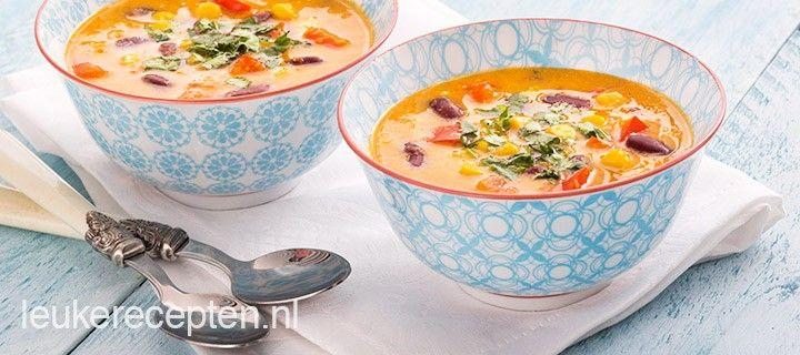 Lekkere goed gevulde Mexicaanse soep met paprika, mais en kidneybonen