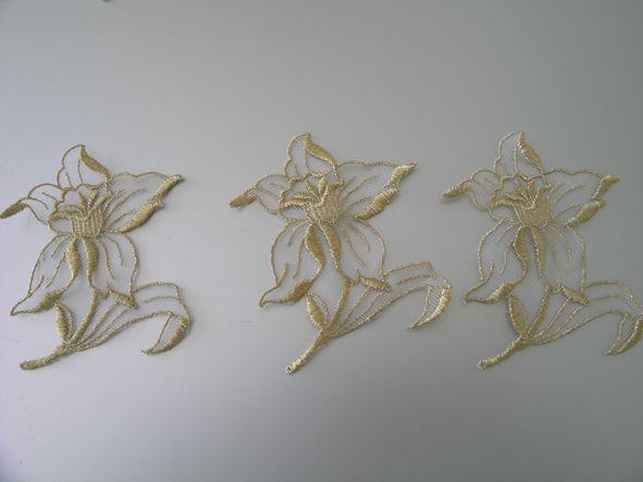 >> Aplique en tul blanco. Forma FLOR. Remate y bordado en hilo dorado -A Estrenar- 8,5cm x 10,5cm