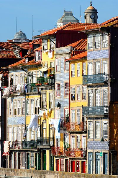 No elevators ░ Traditional houses of Ribeira quarter in Oporto, a UNESCO World Heritage Site. Portugal