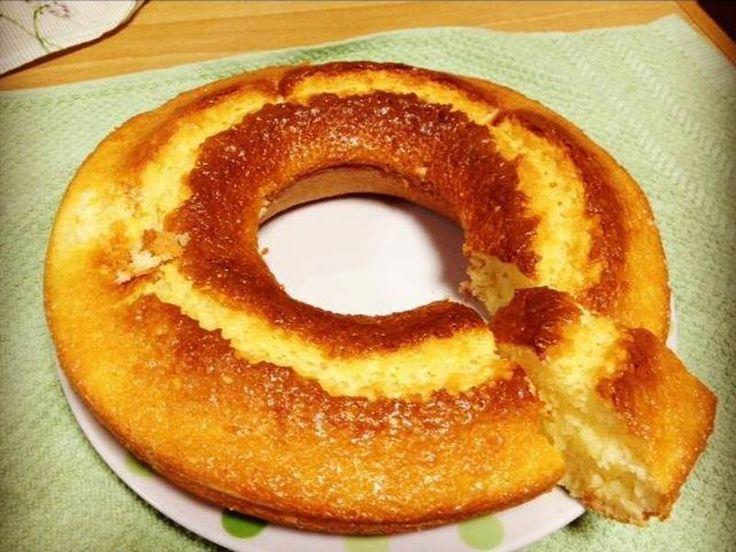 2 ovos  - 1/4 de xícara de óleo  - 2 xícaras de açúcar  - 1 copo de iogurte natural  - 2 xícaras de farinha de trigo  - 1 colher de fermento em pó