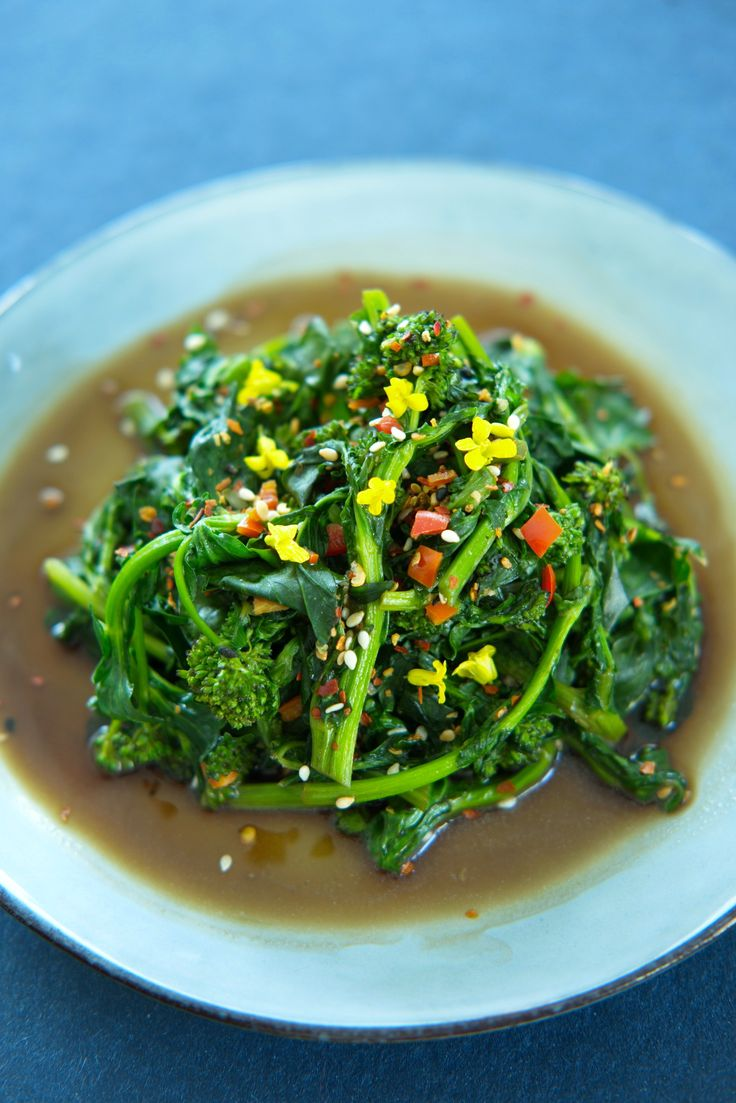 Nå kan du spise gratis gatemat Plukk gratis gatemat i helga! Langs veien finner du vinterkarse, en vill vekst som smaker brokkoli. Få tips om hvordan finne, plukke og tilberede delikatessen. Prøv en asiatisk vri! http://www.gastrogal.no/vinterkarse-sesamolje-hvitlok/