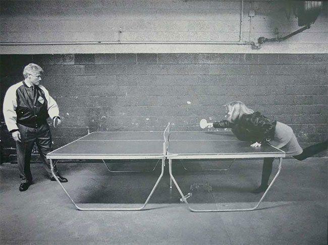 Bill y Hillary Clinton jugando al ping pong
