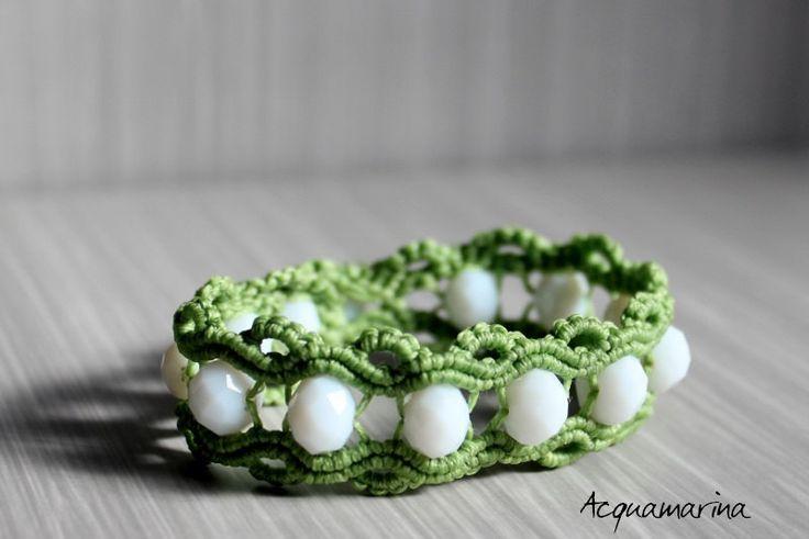 Bracciale in macramè in filo di cotone verde mela e pietre swarovski bianche. Realizzato a mano. Handmade macrame bracelet. Green and white. di StefaniaShop su Etsy
