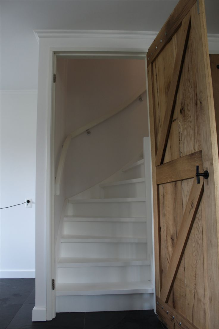 25 beste idee n over gebogen trap op pinterest grote for Vurenhouten trap